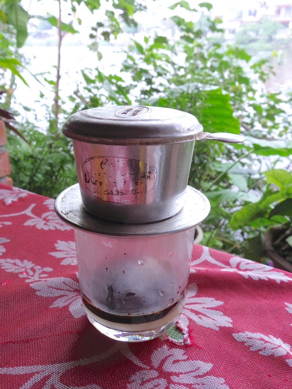 ベトナムコーヒー。いつも出来上がったコーヒーが運ばれてくることが多かったので、この形で出てきたのは初めて。ベトナムコーヒー、好きすぎる