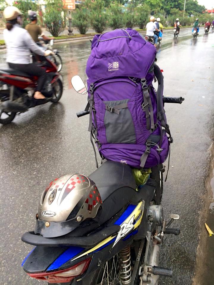 バイクでブーン。大きなバックパックはおじさんが前に抱えて持ってくれた。ベトナムはバイクの通行量が半端なく多いので、何回「危ないっ!」と叫んだことか…(笑)