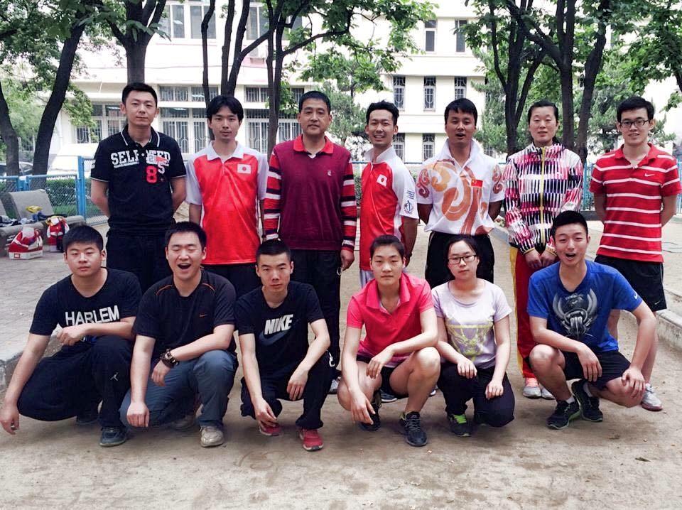 中国遠征で、中国チームとの記念撮影。(後列左から4番目が中島)