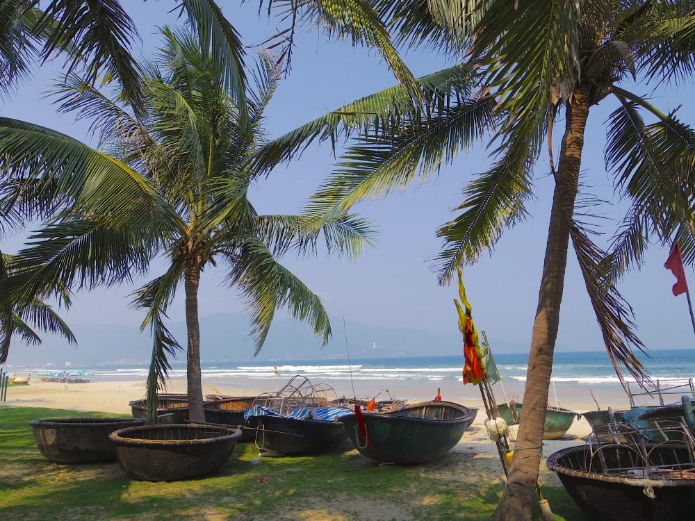 ダナンのビーチ。昼間はあまり人がおらず、静かで、のんびりリラックスできた。思っていたよりキレイで居心地よかった