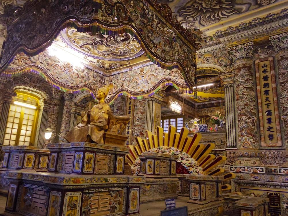 カイディン帝の等身像。豪華な内装には圧巻のひと言。この像は青銅でできており、上から金箔を張られているらしい