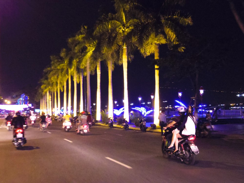 夜のドライブスタート。道路脇のイルミネーションがとてもキレイで、それだけでドライブがちょっと楽しかった