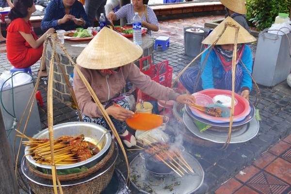 ベトナム風焼き鳥? 串に鳥を刺して焼いてくれる。食べるときは串からはずして、野菜に巻いて食べる。タレが美味しくてやみつきになる