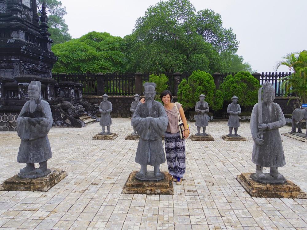 カイディン帝廟の石像と並んで。「これ、みんな私の友達なんだ」なんてワケのわからない冗談をキャーキャー言いながら写真を撮ってもらった(笑)