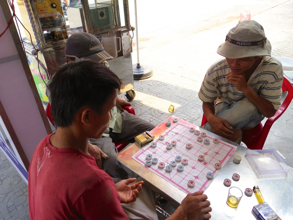 卓上ゲーム。ベトナムでよく目にする光景。殿方は真っ昼間からゲームして遊んでいる。働けー!!(笑)