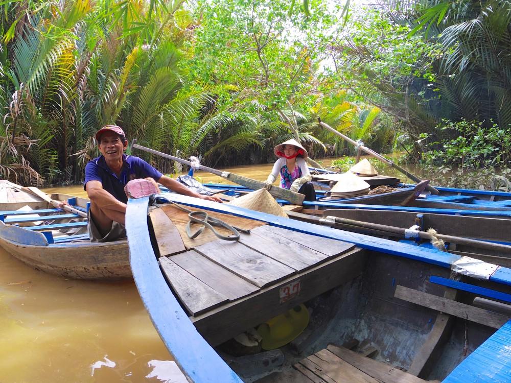 メコン河クルーズ。ちっちゃい小舟に乗って、すげ傘かぶって河を進んでいくのは、まさに東南アジアな風景。河が濁っているのは汚れているのではなく、土の色らしい