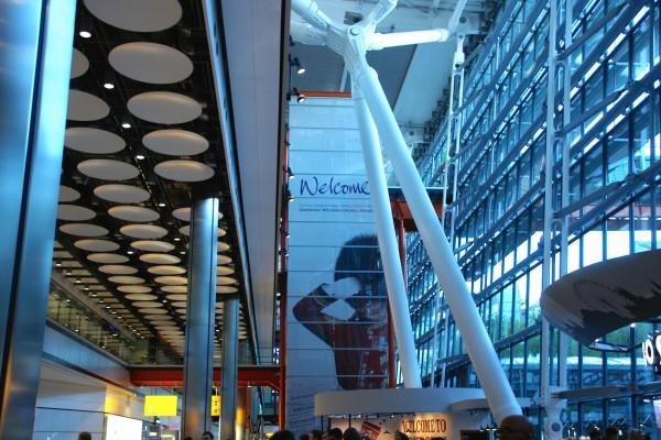 """ロンドン・ヒースロー空港にて。""""Welcome""""という言葉が妙に複雑だったこの瞬間"""