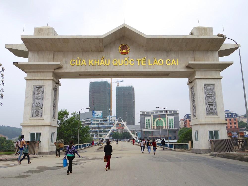 国境の橋。手前の門がベトナム側の、奥の三角の門が中国側の門。橋1本で両国が繋がれているなんて、なんだか不思議な感覚。一歩一歩踏みしめるようにゆっくりと歩いた