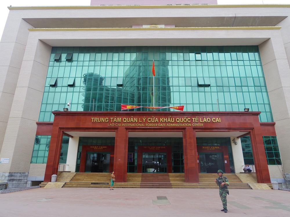 ラオカイの出国管理ビル。ここで出国スタンプを押してもらって、奥の出口から出れば、もうそこはベトナムと中国の国境。この建物がベトナム最後の砦