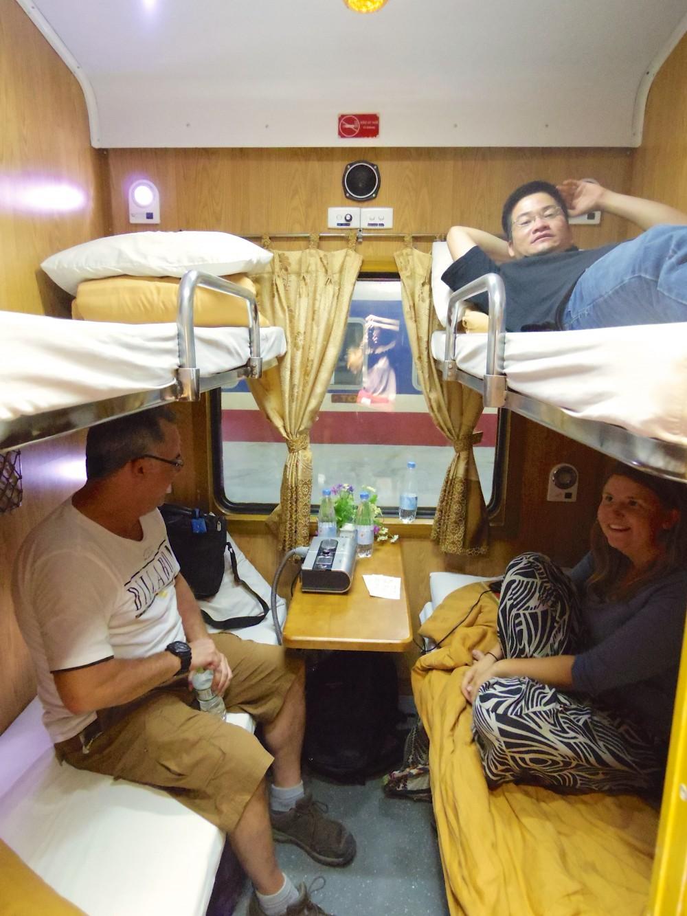 同室だったメンバー。私は2段ベッドの上だった。下にはそれぞれひとり旅をしていたアメリカ人男性とカナダ人女性。上の段に寝っ転がっているのはフランス語ガイドをしているベトナム人男性