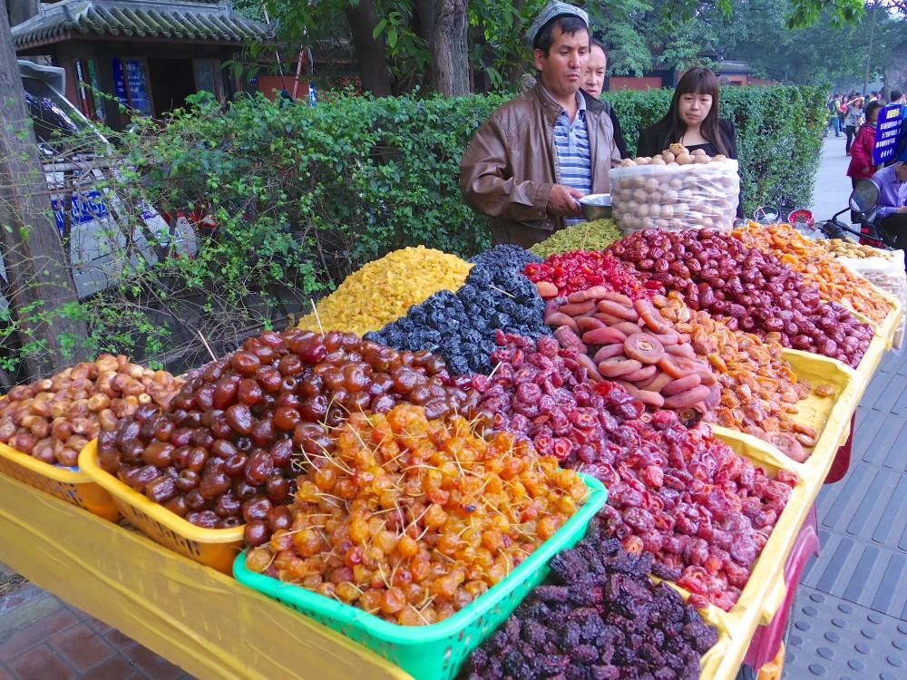 チベット人の者売り。成都にはチベット系の人たちも多く暮らしているようで、果物やドライフルーツを売っている様子をよく見かけた