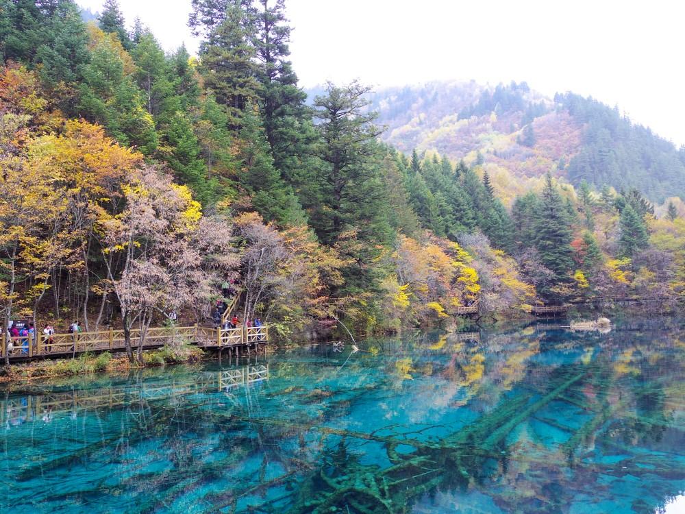 こんなに美しい湖、初めて見た! もちろん加工なしでこの色! 中国人が選ぶ人気観光地No.1になるのにも納得