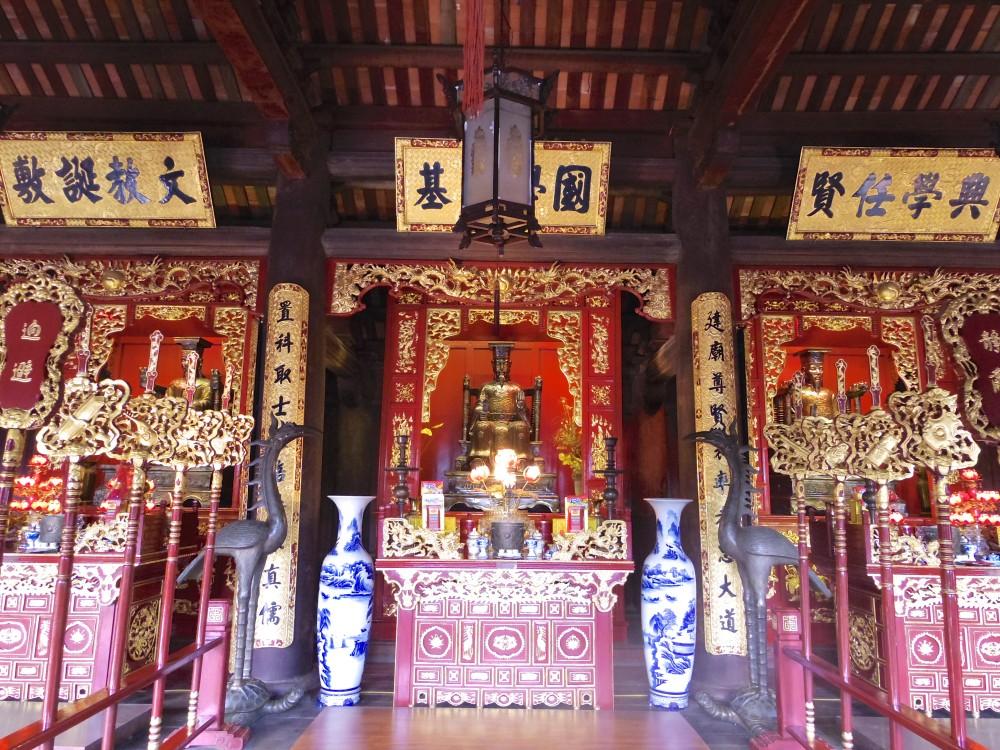 孔子廟。広い敷地に立派な廟(ハノイにて)。ここでも中国の存在をまざまざと見せつけられた。孔子の思想はベトナムでもしっかり根付いているようだった