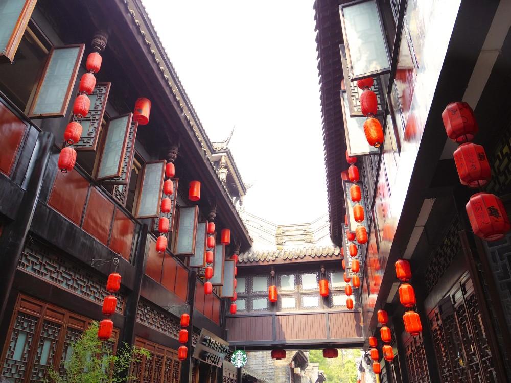 錦里歩行街。赤い提灯がなんとも幻想的。スターバックスのお店もちゃんとこの雰囲気に馴染んでいた(笑)