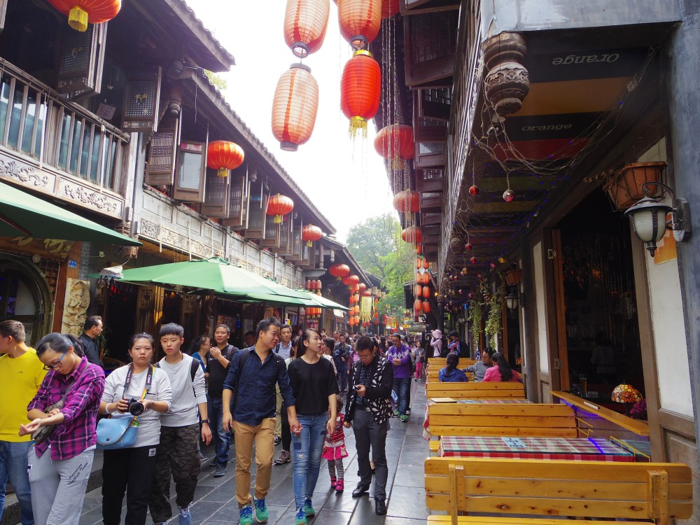 たくさんのお土産屋さん。錦里歩行街の中の様子。たくさんのお店が軒を連ね、風情ある街並がとても素敵だった