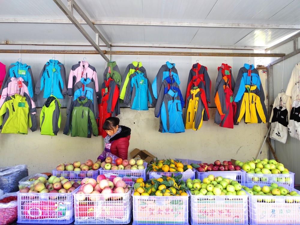 いろんな種類の果物と、色とりどりのジャケット。これを見て、「九寨溝は寒いんだな… 」とちょっとビビってしまった