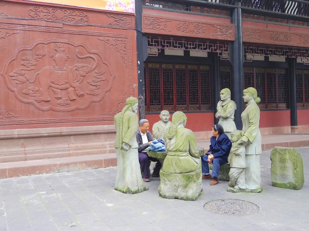 石像と共に。ある老夫婦が石像に囲まれたイス(?)に腰掛けて談笑していたのが、なんとも言えず微笑ましかった