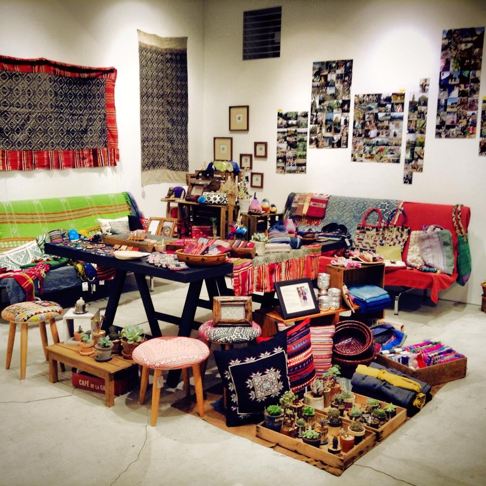 『united CRAFT nations』展・ノマディックラフトの展示の様子。少数民族の手仕事の魅力を詰めこんでいます。