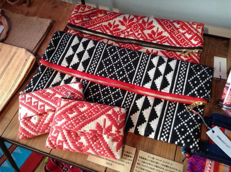 新商品を作るときは、いつも試行錯誤。ターイ族の手織り布を使ったクラッチビッグポーチ&ティッシュポーチはヨメ企画。嬉しいことにノマディックラフトの人気アイテムになりました。