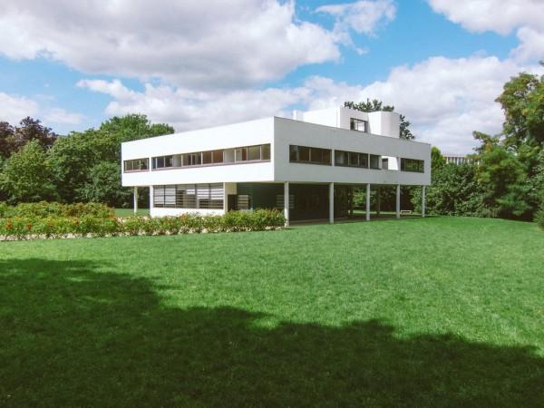 緑あふれる敷地に建つサヴォア邸。グリーンと白と青空のコントラスト