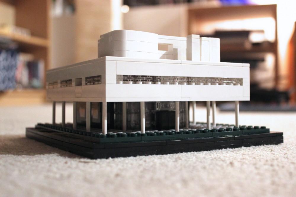 レゴの手で持てるサヴォア邸。中までとても精巧なつくりなのです