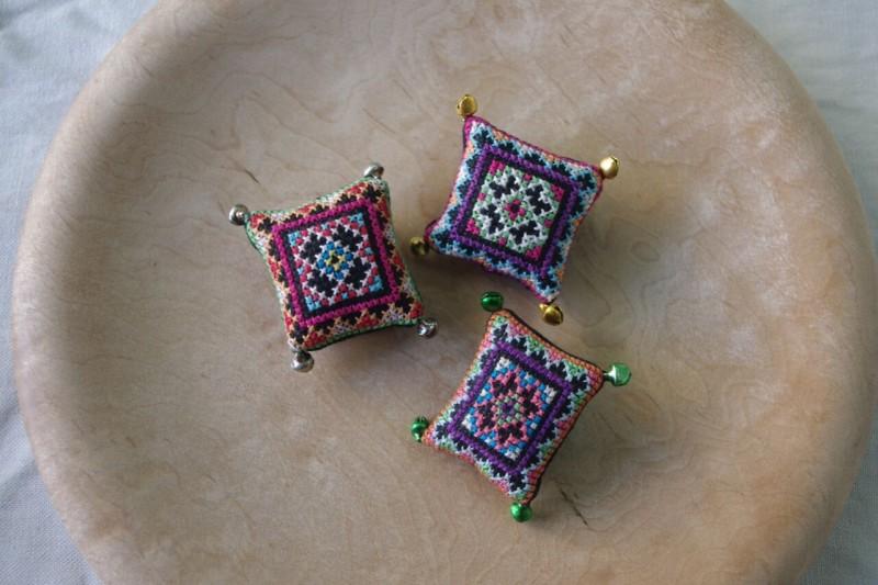 ベトナム・モン族の刺繍ブローチ