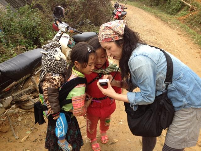 ベトナムと中国の国境近くにある、花モン族の村で子どもたちと。