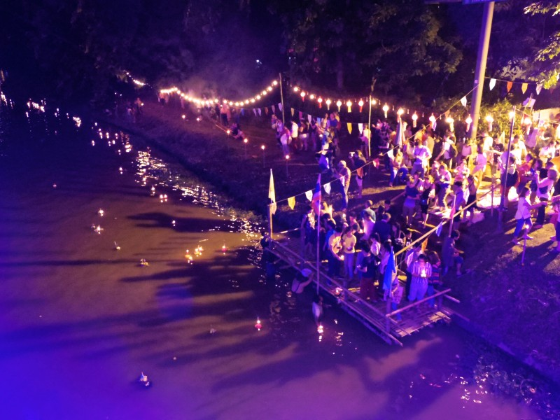 灯籠を流す川。空を見上げればコムローイが、下を見れば川にたくさんの灯籠が。どっちを見てもキレイで幻想的な風景