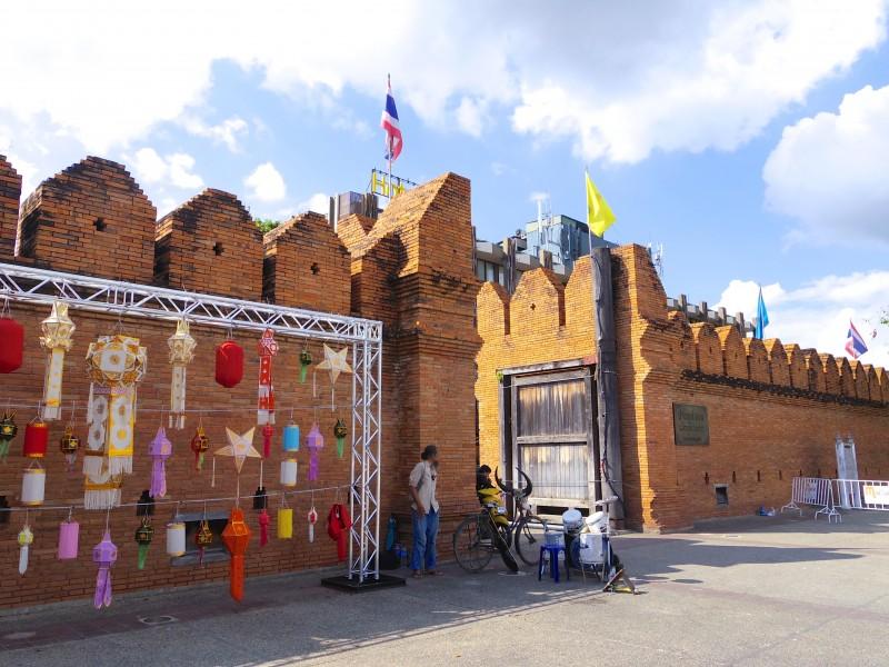 ターペー門。チェンマイと言えば、のお決まりスポット。ロイクラトン祭りの前だからか、門にたくさんの提灯が飾られていた