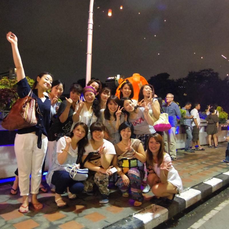 集合写真。お祭り会場に着いてすぐ、撮影大会開始! みんな良い笑顔