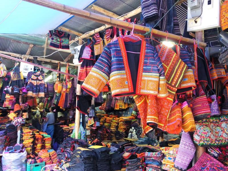 民族雑貨のお店。モン族の衣装や雑貨などを取り扱っているエリアがあり、そこでは色鮮やかな雑貨を安価で購入することができる