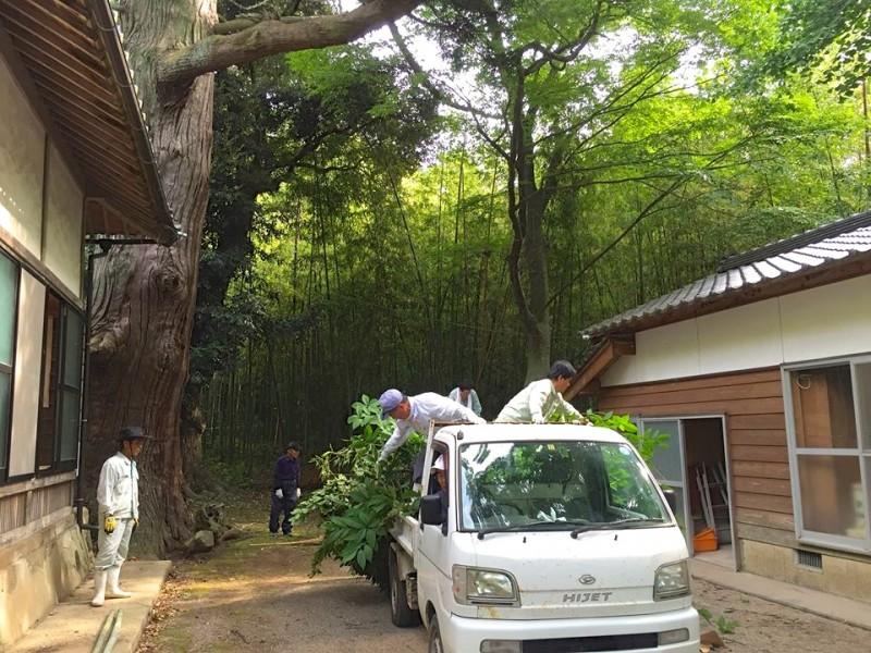大祭り直前の神社清掃も当然みんな総出で。