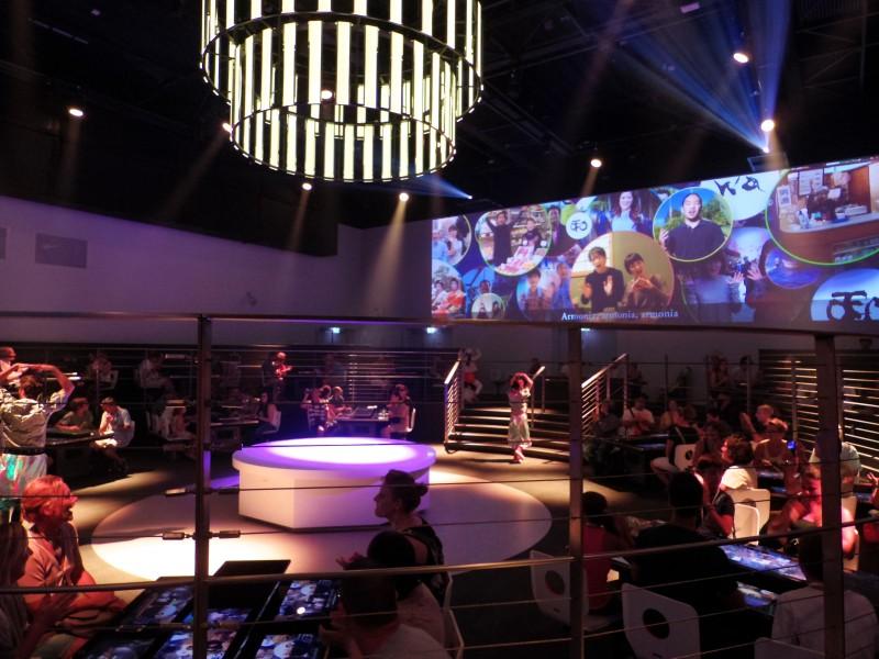 日本パビリオン。「futureレストラン」の様子。日本の「和」を紹介する映像に盛り上がるお客さんたち