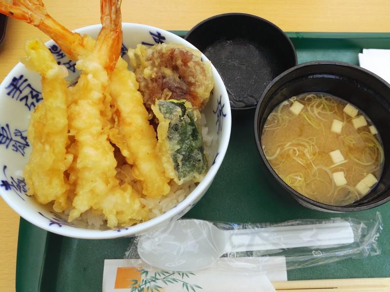 お昼に食べた高級天丼。日本で食べる天丼の味に、日本食がますます恋しく感じられた。おいしかったけれど高い!(涙)