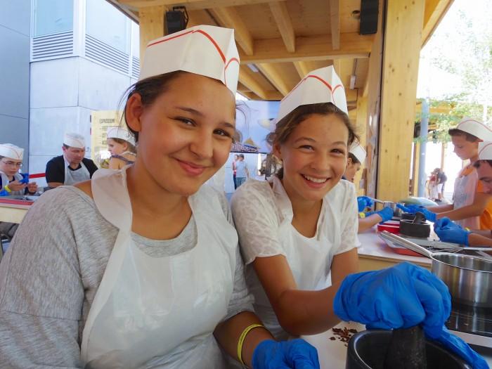 スイスパビリオンのワークショップ。一緒にチョコレート作りをしたイタリア人の姉妹。スタッフがイタリア語で説明しているのをわざわざ英語で通訳してくれたりと優しかった