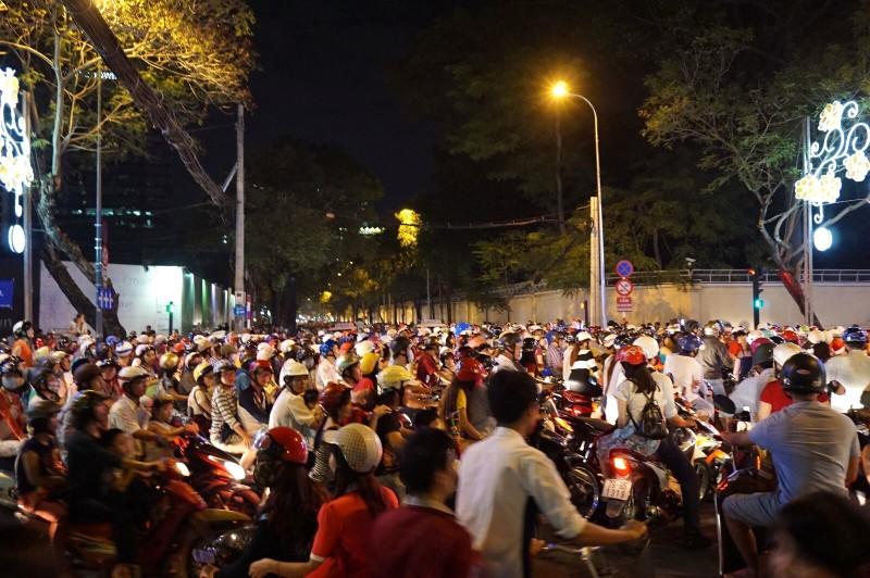 ベトナムで迎えた初めてのクリスマス…道を渡れる気がしない…