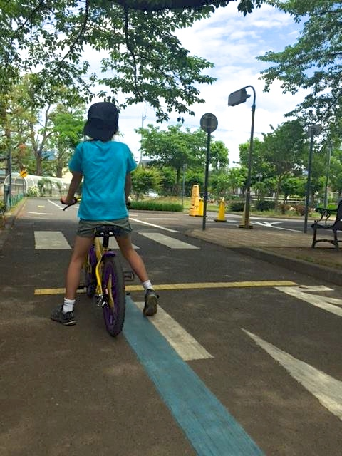 交通公園で交通マナー習得中