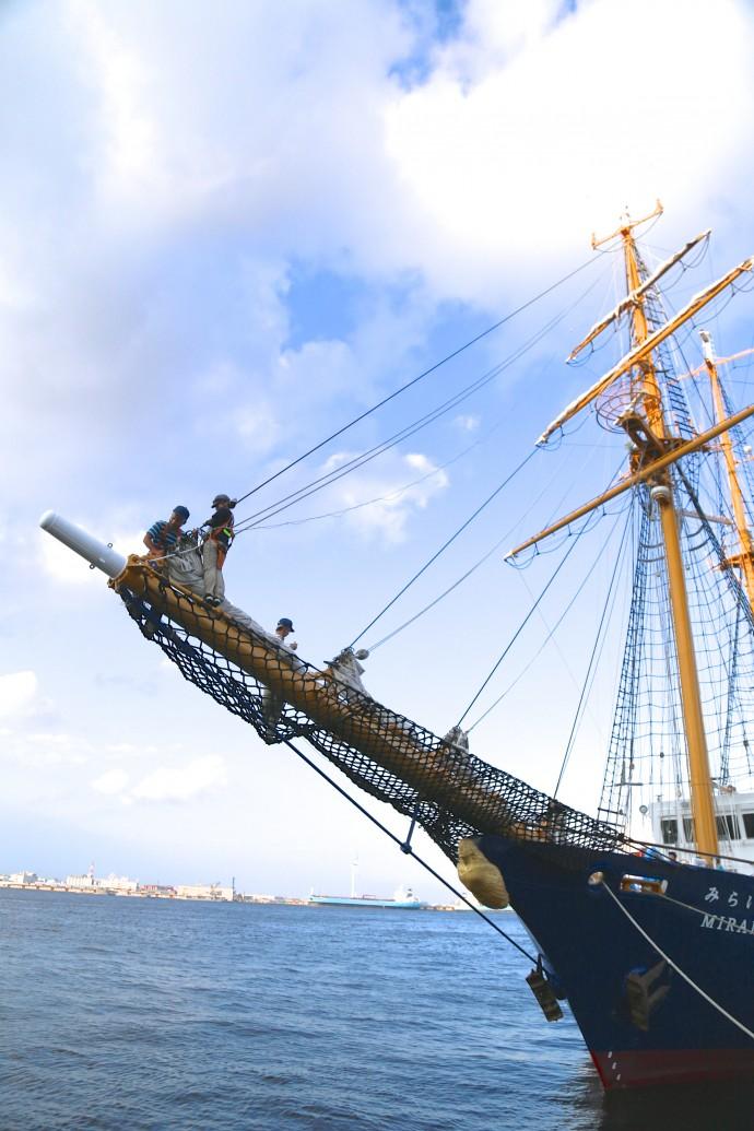 先端まで登ります。「気持ちいい!」という人もいれば、足がガクガクで動けなくなる人も。慣れたクルーたちは、航海中、海に飛び込んで遊ぶこともあるとか。この高さ、無理でしょ