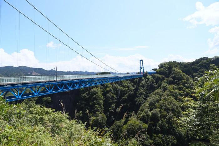 橋の中央から、100m下のダムに飛び降ります
