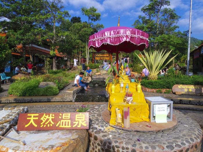天然温泉。週末のアクティビティで訪れた。チェンマイに温泉があるなんてビックリ。でも足浴だけだった