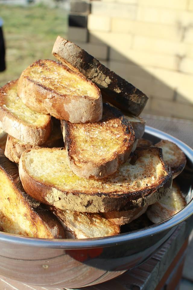 こんがり焼けたパンがおいしそう。何に使うのだろう?