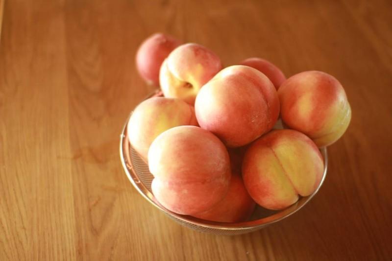 地元山梨産の桃