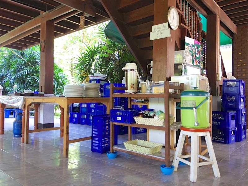 学校の配膳台。朝食と昼食の時間になると、ここに料理が並べられた。お水やコーヒー、紅茶はセルフで自由に飲めた