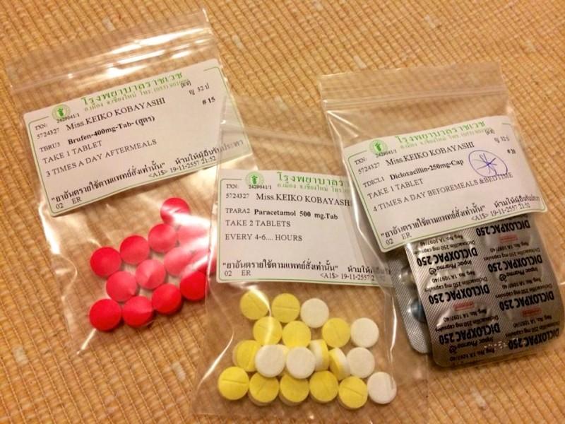 薬。痛み止めなど数種類が処方された。それにしてもどぎつい色…(苦笑)