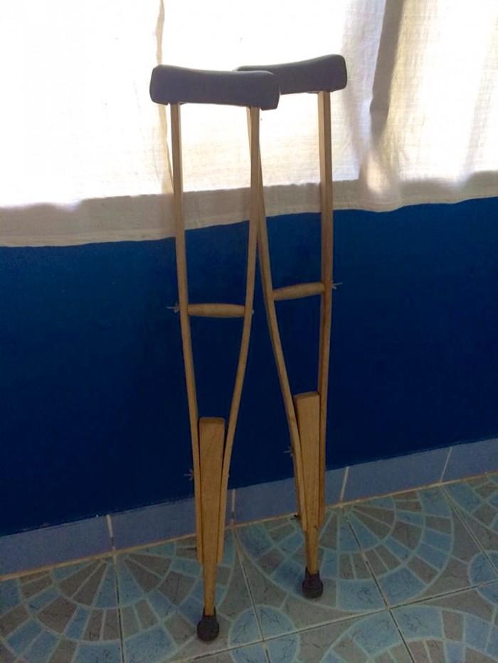 松葉杖。高さの調整がうまくできず、実はちょっと使いにくかった。持ち手のところもクッションがなくて、手にマメができたり…