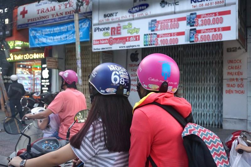 毎日乗るバイクだからヘルメットもおしゃれにこだわる。女の子はピンクが多い印象。それにしても近い…