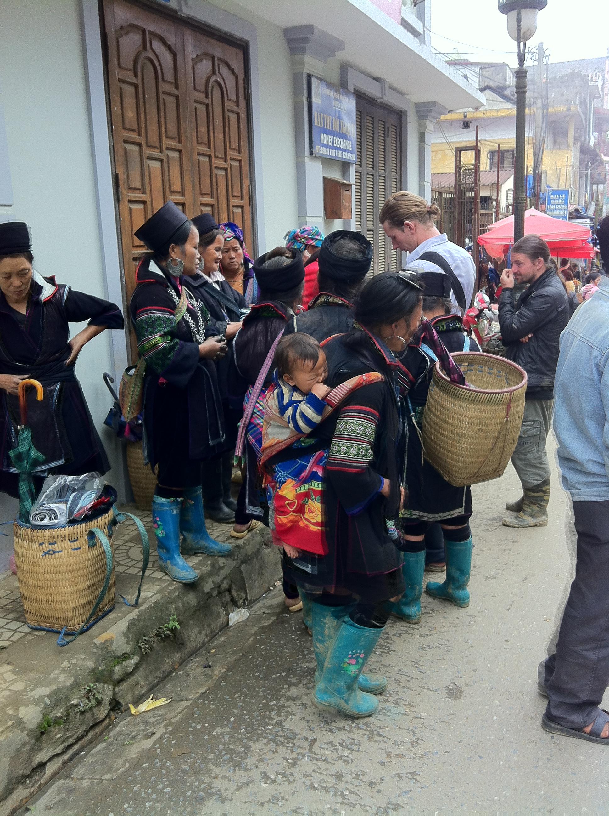 民族衣装で町に出る女性たち