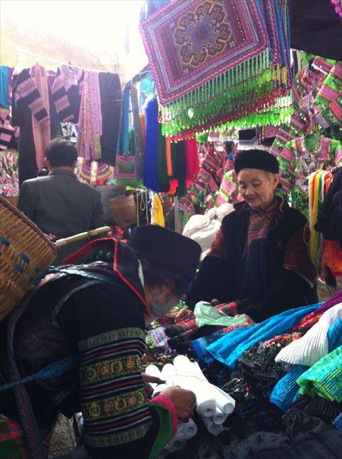 モン族の女性たちも、市場に衣装の材料を買いにきます。便利な既製パーツがいっぱい!