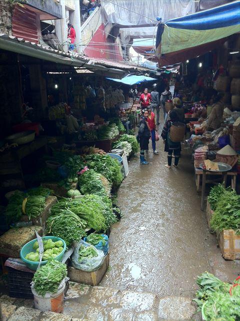 日常食べる食料品から、洋服の材料まで、市場には少数民族の人たちの生活を支える様々な物が集まっています。