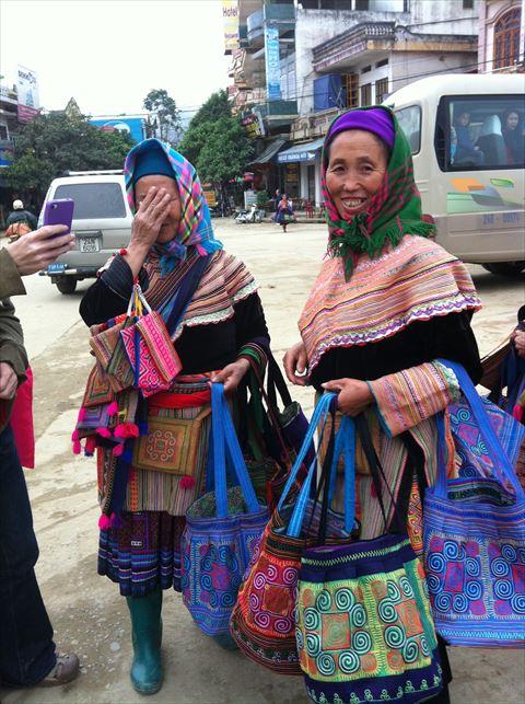 「やだ~写真なんてはずかしい~でも撮っていいよ」と言ってくれた花モン族のお母さんたち。両手には観光客に販売するバッグを持って。